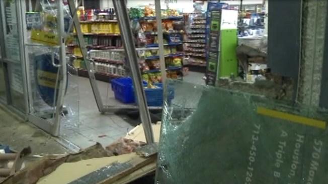 Con auto rompen tienda para robar ATM