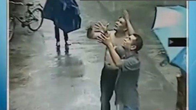 Hombre evita caída mortal de bebé