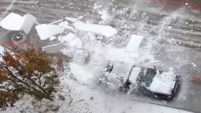 Caen bloques de hielo y destrozan autos