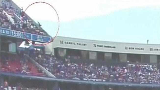 Impacto: cae de las gradas del estadio