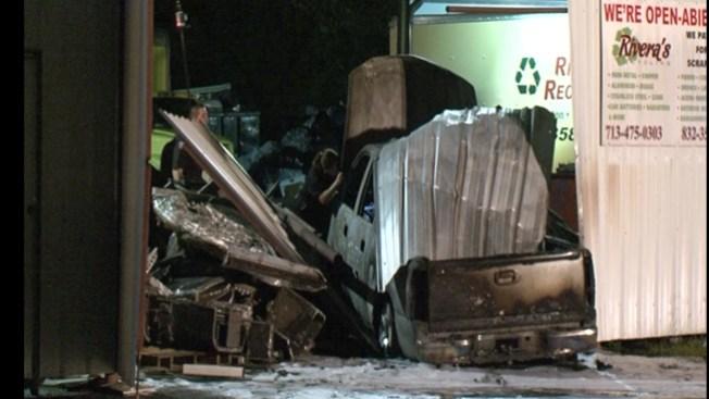 Muere calcinado tras choque de su auto
