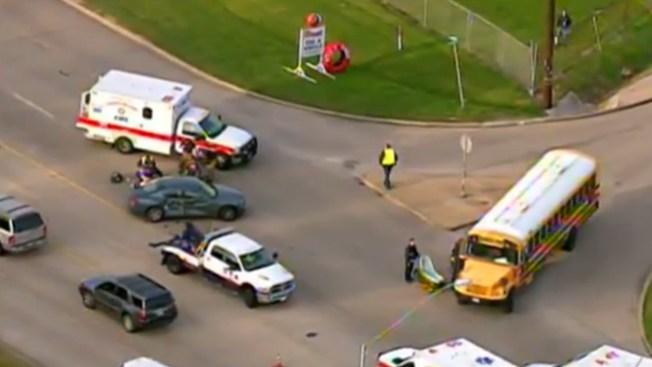 Bus escolar se ve envuelto en accidente