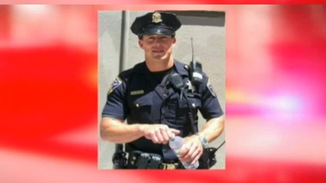 Guapo policía de California causa furor
