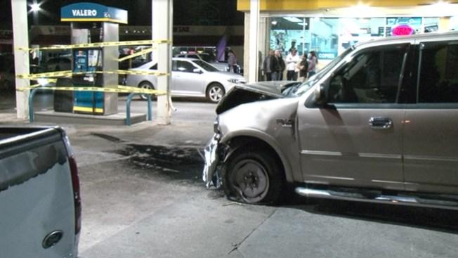 Baleado choca contra bomba de gasolina