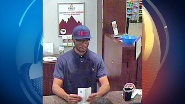 Buscan a asaltante de banco en Cypress