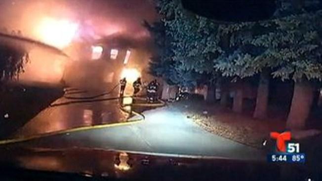 Voraz incendio derrumba una casa