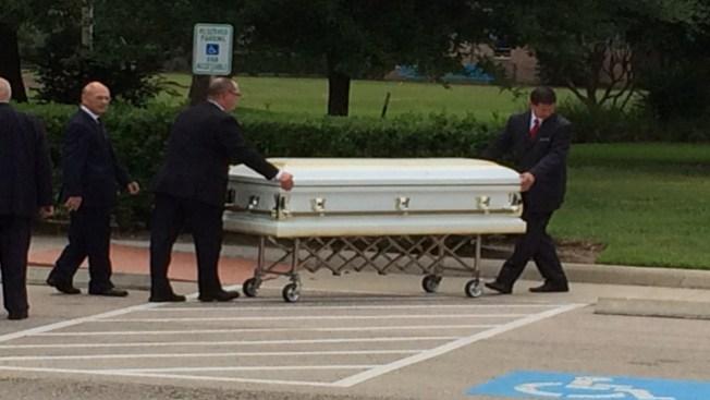 Cientos, en funeral de familia masacrada