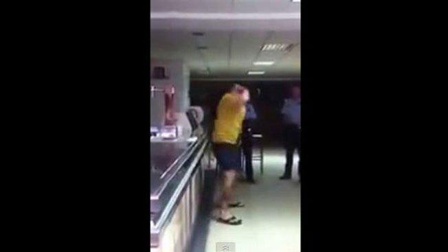 Se da puñetazos y acusa a la policía