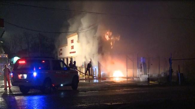 Incendio arrasa pequeño centro comercial