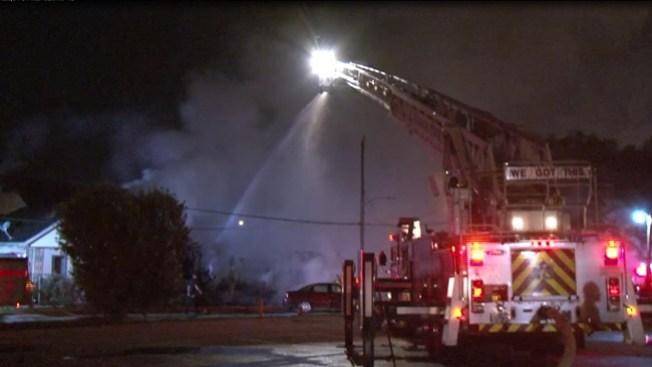 Incendio consume cuatro edificaciones