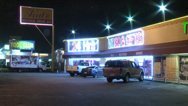 Arrestan a acusados de robo a sex shop