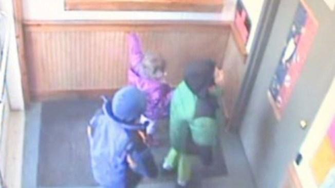 Niños abandonados buscan a la policía
