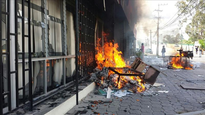 Maestros incendian Congreso en protesta