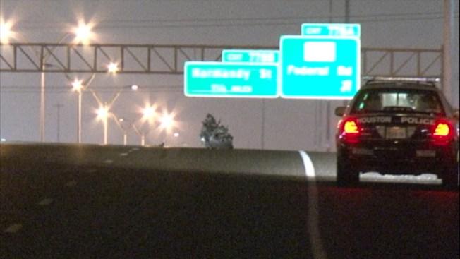 Motociclista muere aplastado por 2 autos