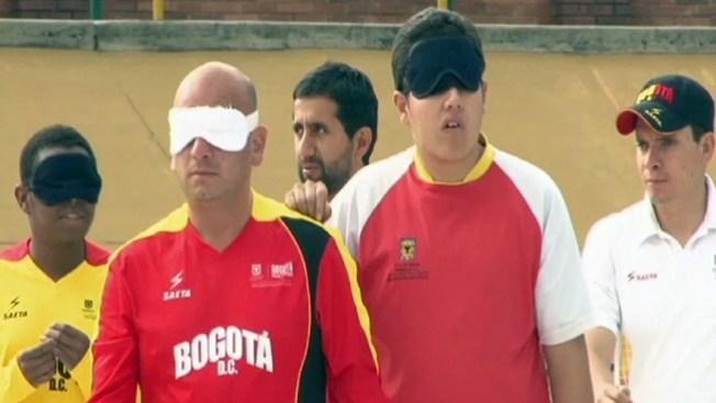 Juegan fútbol a ciegas, ¿te atreves?