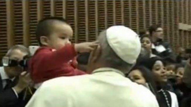 """El curioso niño que """"desafió"""" al Papa"""