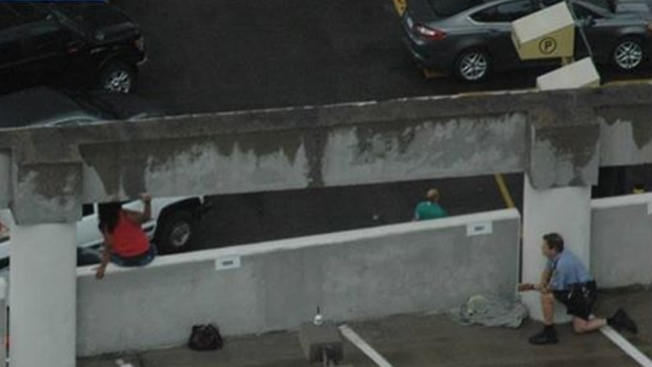 Oficial evita salto de mujer de un piso 9