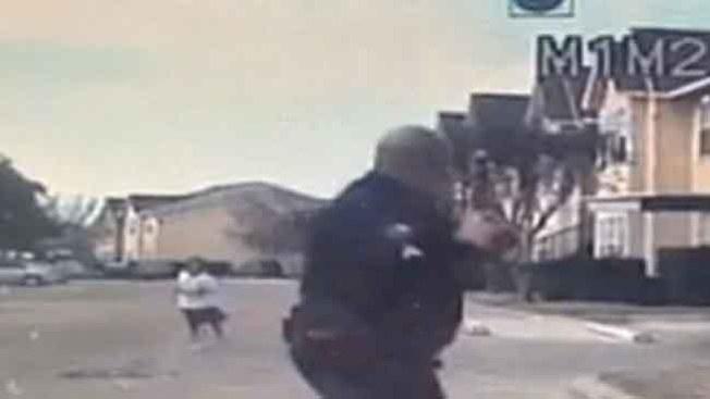 Llaman héroe a policía por jugar fútbol