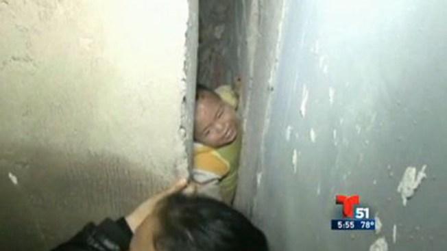 Rescatan niño tras caída de un piso 26