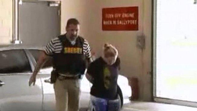 Arrestan a madre de hija acusada de acoso