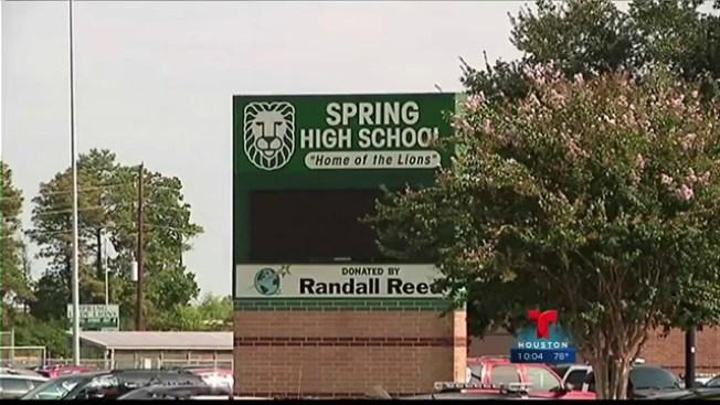 Bajo tensión Spring Hill reinicia clases