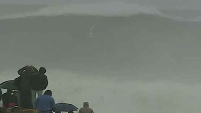 Surfista brasileño atrapa ola gigantesca