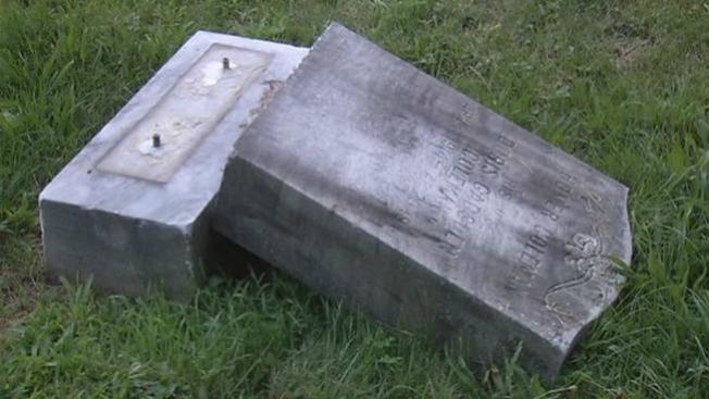 Anciano muere aplastado por una tumba