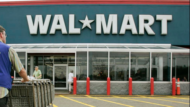 Empleado de Walmart acusado de atropellar a cliente