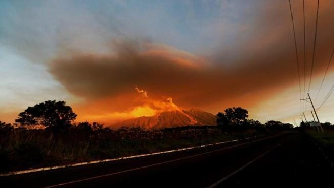 El Volcán de Fuego ruge otra vez con erupciones