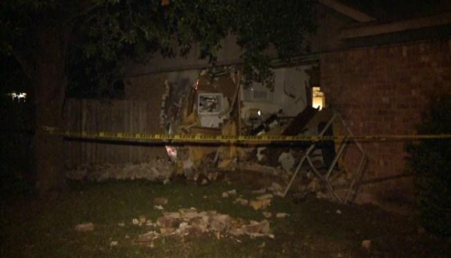 Auto se estrella contra una casa
