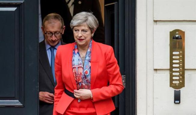 Gran Bretaña: gana May, pero perdería la mayoría legislativa