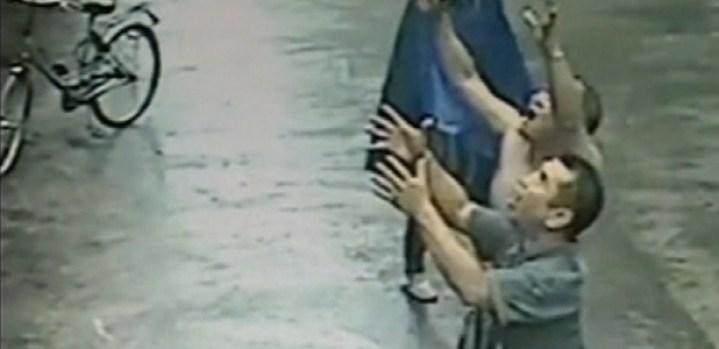 Video: Insólito video: intentan atrapar a bebé