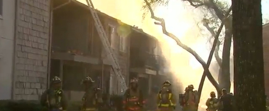 Incendio destruye viviendas en Houston